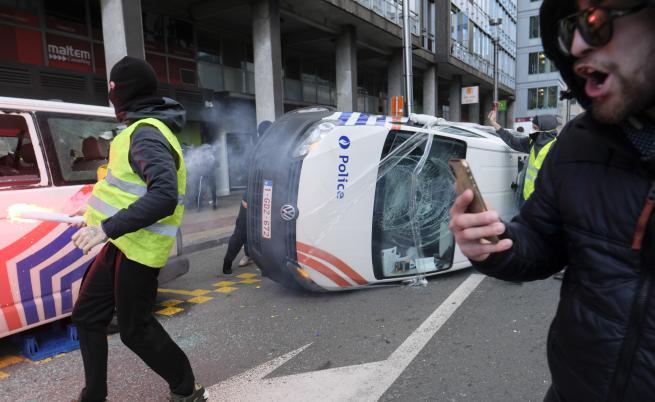 Димки, водно оръдие, запалени патрулки и задържан журналист в Брюксел