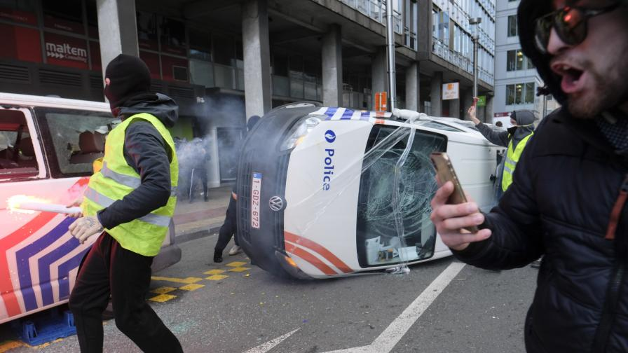 <p>Запалени патрулки и задържан журналист на протеста в Брюксел</p>
