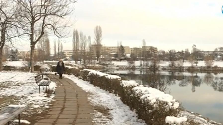 Стотици в болници, паднали на леда