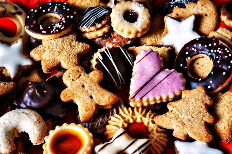 Сладкиши<br /> Коледа се свързва с домашния уют, семейството и… храната. Така че какво по-хубаво от кутия с домашно приготвени сладки и кексчета с глазура в сладки торбички с панделка. Интернет е пълен с рецепти, а цената на подаръка, който ще приготвите, е символична. Това, което ще зарадва останалите е времето, което сте отделили, и, разбира се, захарта в сладкиша.