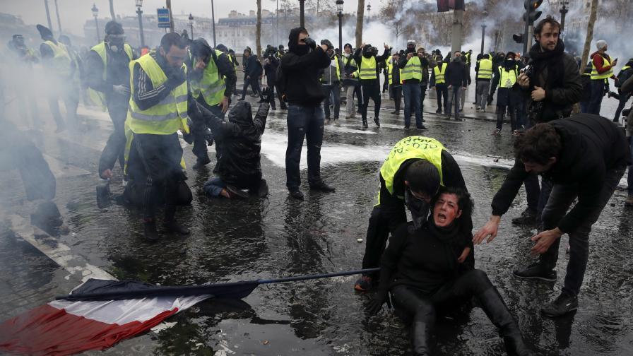 <p>Погром в Париж, обмислят въвеждането на извънредно положение</p>