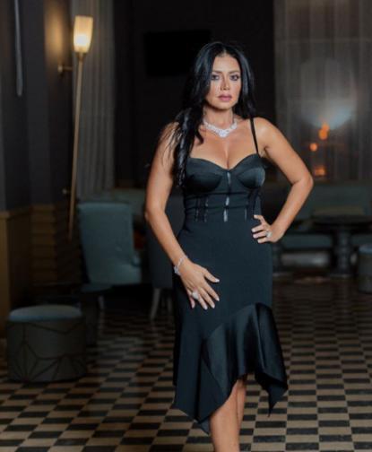 Рания Юсеф се появила на Филмовия фестивал в Кайро, облечена в черна дантелена рокля, която разкривала твърде голяма част от краката ѝ. Секси тоалетът на 44-годишната звезда предизвика остри критики в страната, въпреки че имаше и хора, които заявиха, че тя е свободна да носи, ...