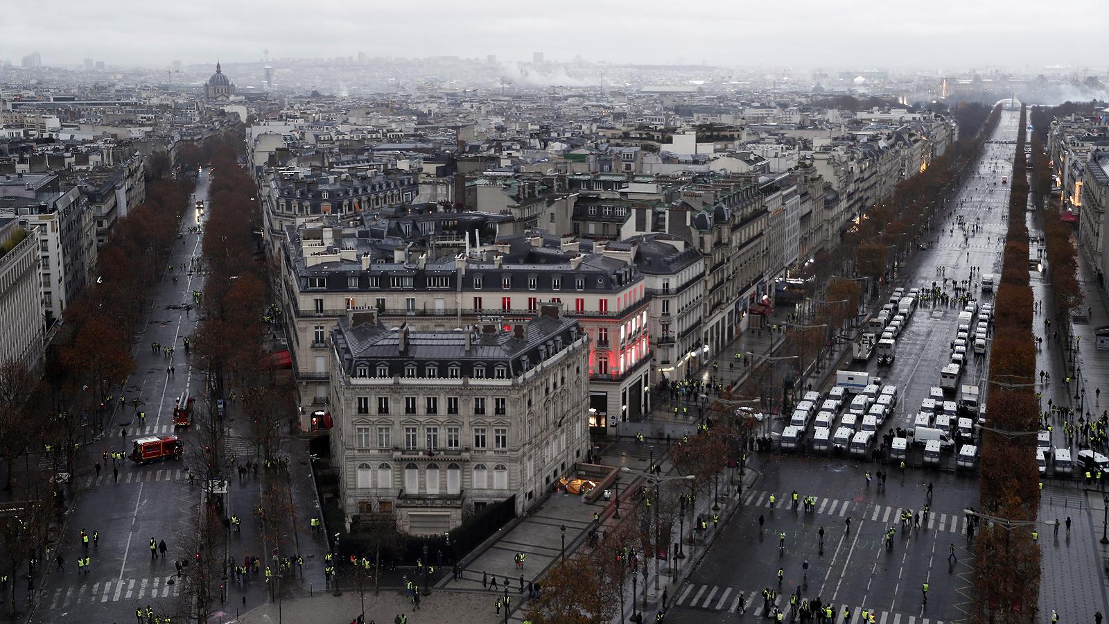 """Демонстрантите от движението на """"жълтите жилетки"""", недоволстващи от поскъпването на горивата, подпалиха десетки коли в района на емблематичния булевард """"Шанз Елизе"""" в Париж, съобщава Ройтерс."""