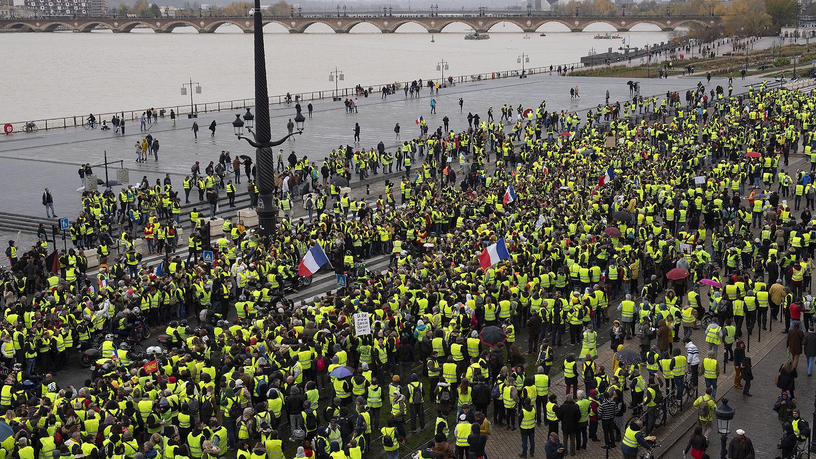 """Протестът във френската столица се провежда под надслова """"По пътя към оставката на Макрон"""". За трети пореден уикенд демонстрантите се опитаха да блокират района около емблематичния булевард """"Шанз Елизе"""" въпреки засиленото полицейско присъствие.<br /> Премиерът на Франция Едуар Филип заяви, че 36 000 души са излезли на протест в цялата страна, включително 5 000 демонстранти в Париж"""
