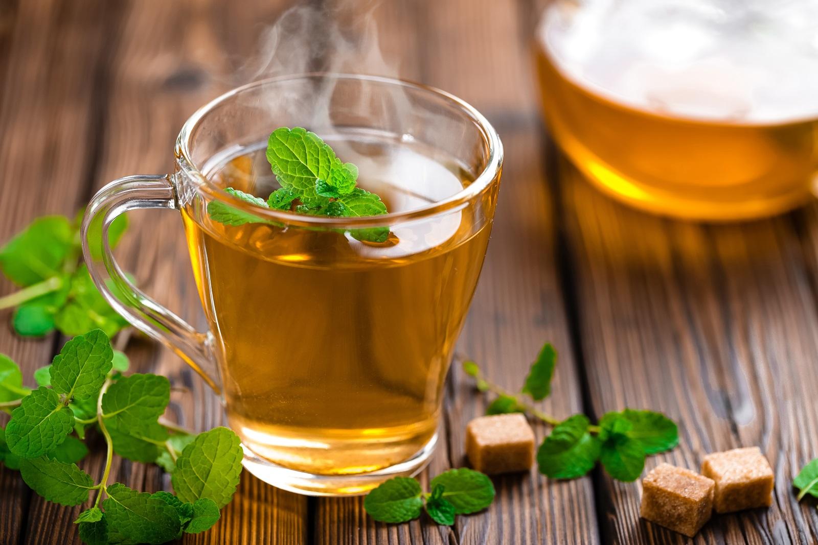 """Мента и джоджен против болки в стомаха<br /> Двете билки са """"роднини"""", затова ги слагаме на едно място. Освежаващият ментов чай много помага против газове, а чаят от джоджен е страхотен, ако сте преяли предишната вечер с нещо тежко и мазно.<br />"""