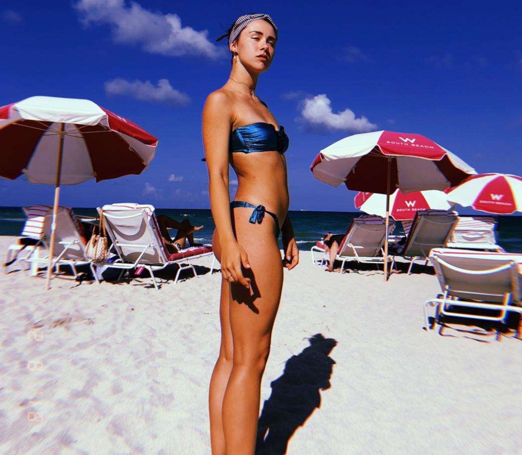 22-годишната Аурора е дъщеря на Ерос Рамацоти от брака му с швейцарката Мишел Хунцикер. С повече от един милион последователи в Инстаграм, италианката обича да е под светлините на прожекторите. Аурора се занимава с мода, а Trussardi Jeans я избра за рекламно лице на колекцията си есен/зима 2018/2019.