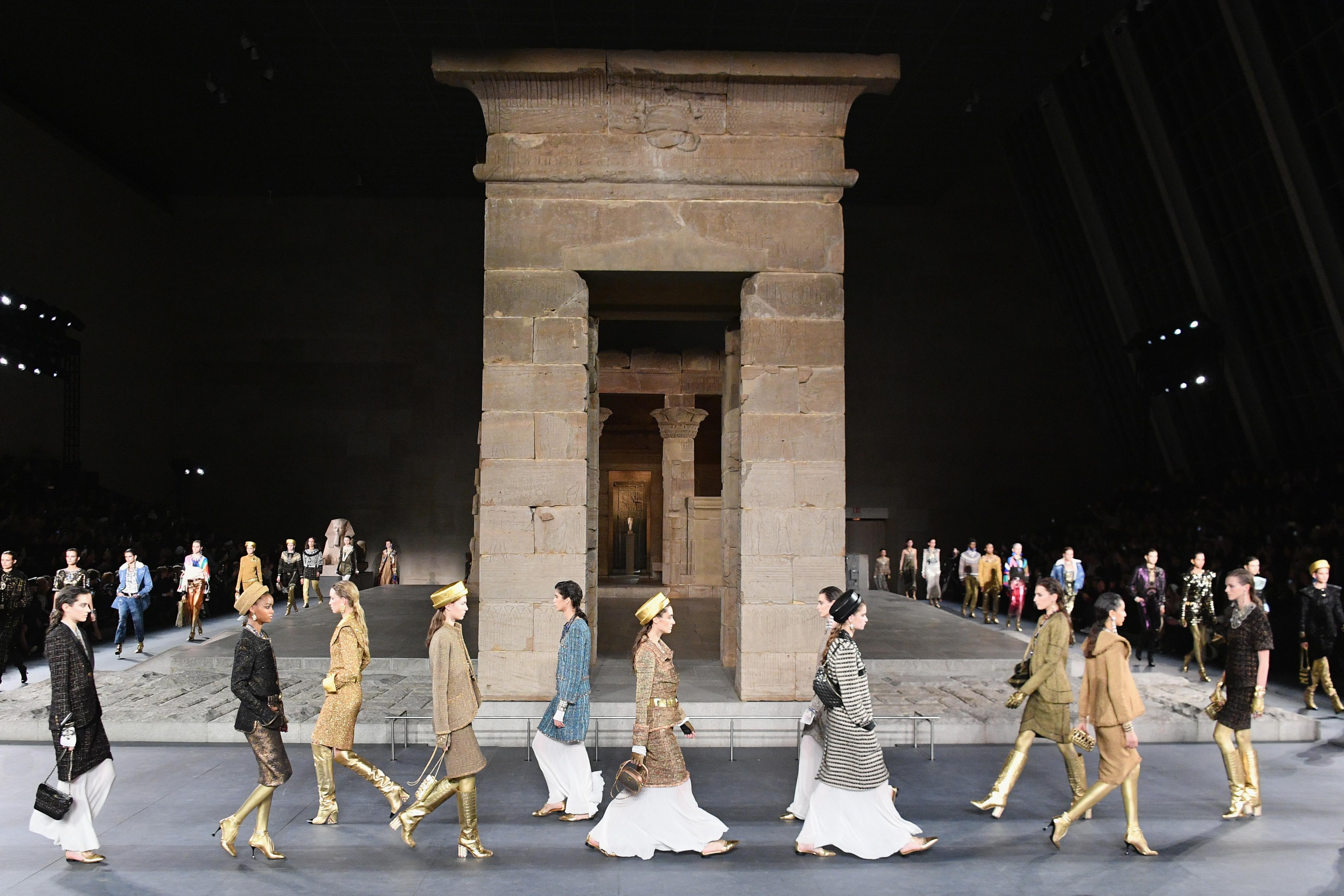"""Френската модна къща """"Шанел"""" представи свое фараонско дефиле в нюйоркския музей """"Метрополитън"""", вдъхновено от Древния Египет и от художествените занаяти. За декор на ревюто послужи дареният на галерията древен храм Дендур."""