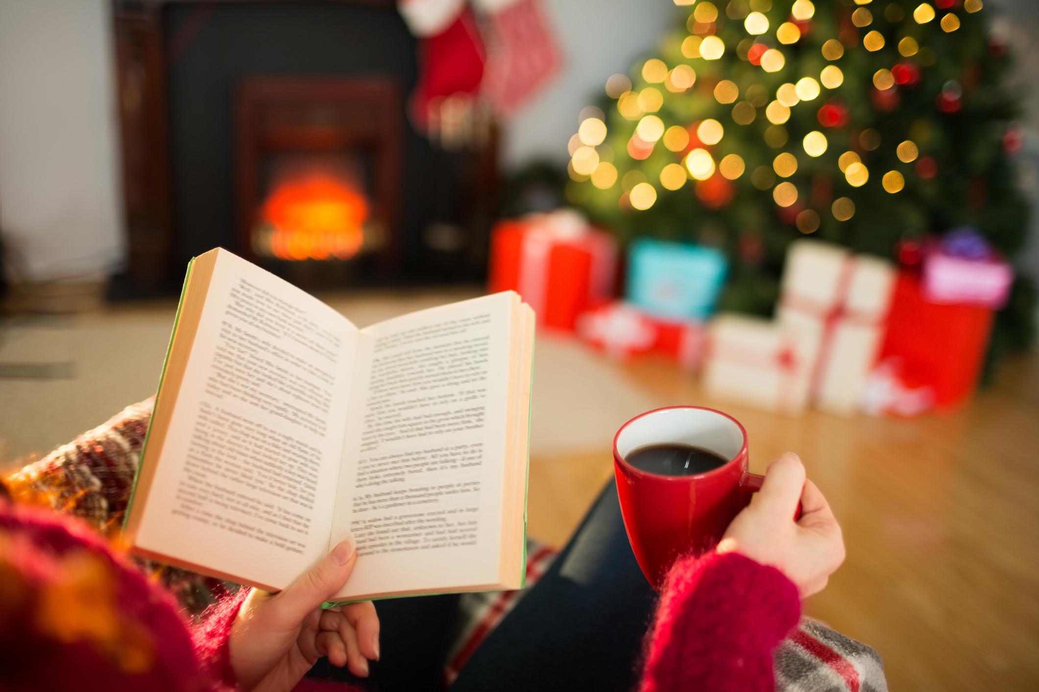 3.<br /> Подарявайки книга, човек демонстрира и какъв интелектуалец е, защото чете. Ако пък подари книга, за която всички говорят, това показва колко готин е, защото е в крак с времето.