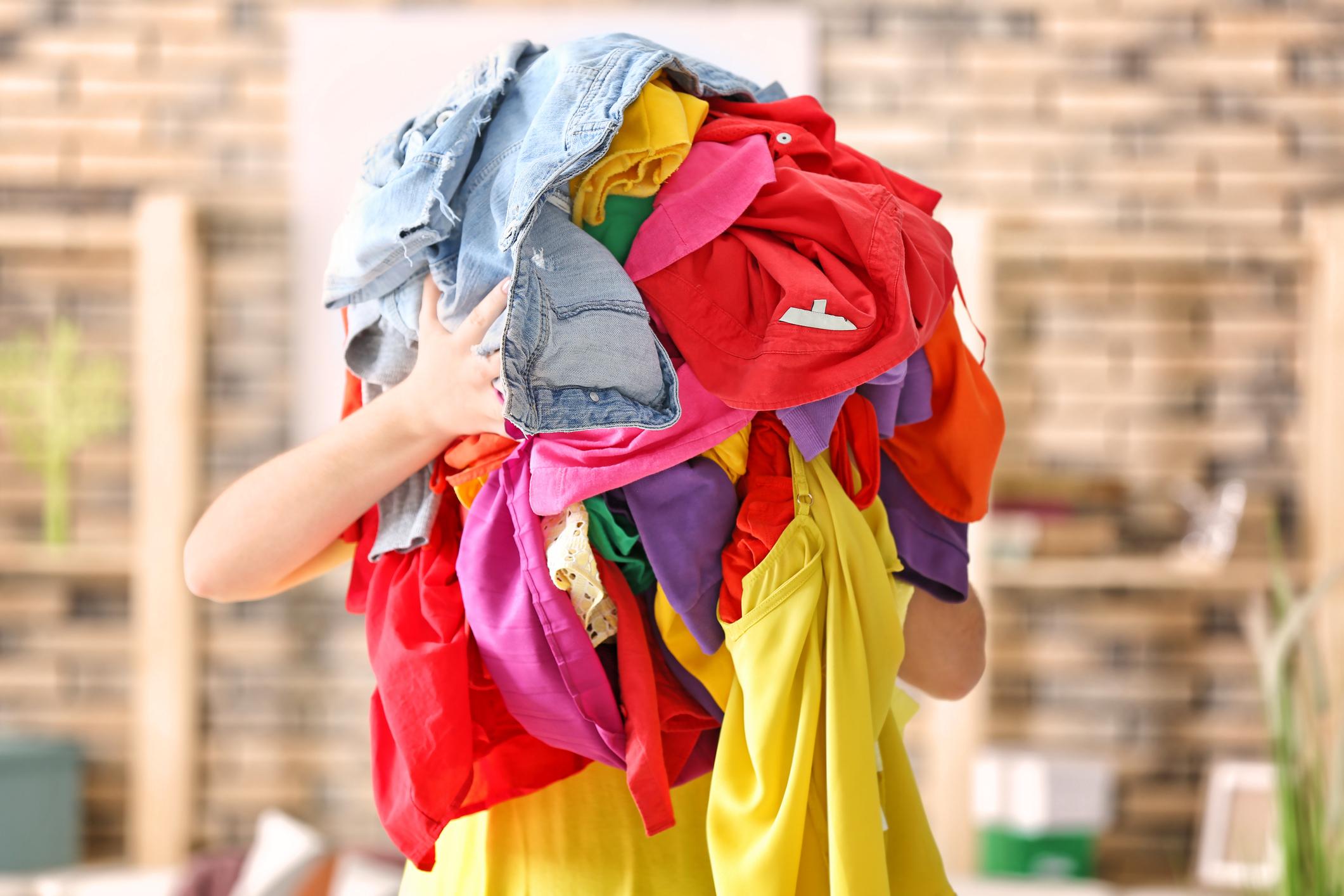 Използвайте бебешки шампоан за възстановяване на дрехи, които са се свили. <div>Това може да звучи необичайно, но бебешкия шампоан или балсам може да върне вашите свити дрехи до техния оригинален размер. Просто добавете малко в леген с топла вода и оставете дрехата да се накисне за 10-15 минути. След това я изсушете с кърпа и я поставете хоризонтално, за да изсъхне напълно. Балсамът ще изглади влакното и ще го върне в оригиналния му размер.</div>