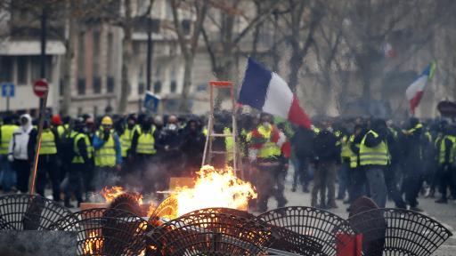 Черен дим и запалени коли по улиците на Париж