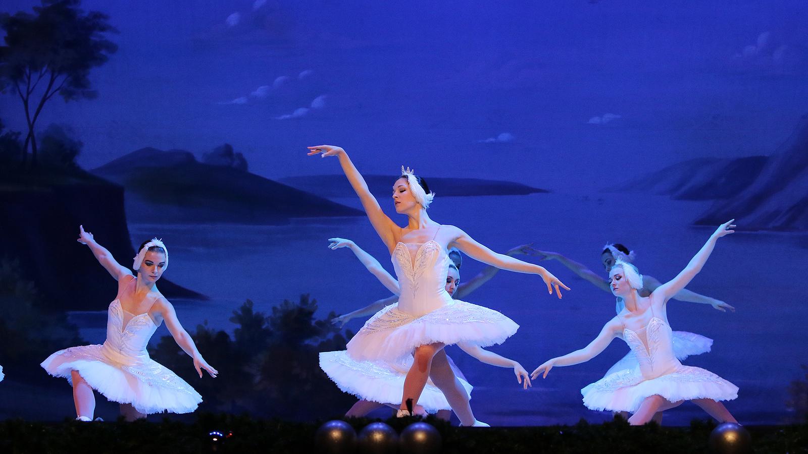 """Спектакъла на класиката """"Лебедово езеро"""" в изпълнение на Руски държавен балет на лед """"Санкт Петeрбург"""" в зала 1 на НДК"""