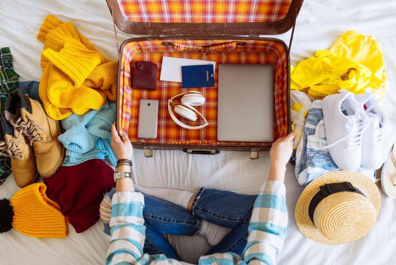 <p><strong>Как да подбираме багажа?</strong></p>  <p>Преценете от какво наистина имате нужда. Ако имате бизнес полет - не пропускайте ризи и панталони, ако отивате на море - бански и рокли са преобладаващи, а за зимен курорт - обезателно топли дрехи и пижамки.&nbsp;Сортирайте много добре тоалетите си по дни, за да знаете, че наистина ще носите всяка дреха, която вземате.</p>