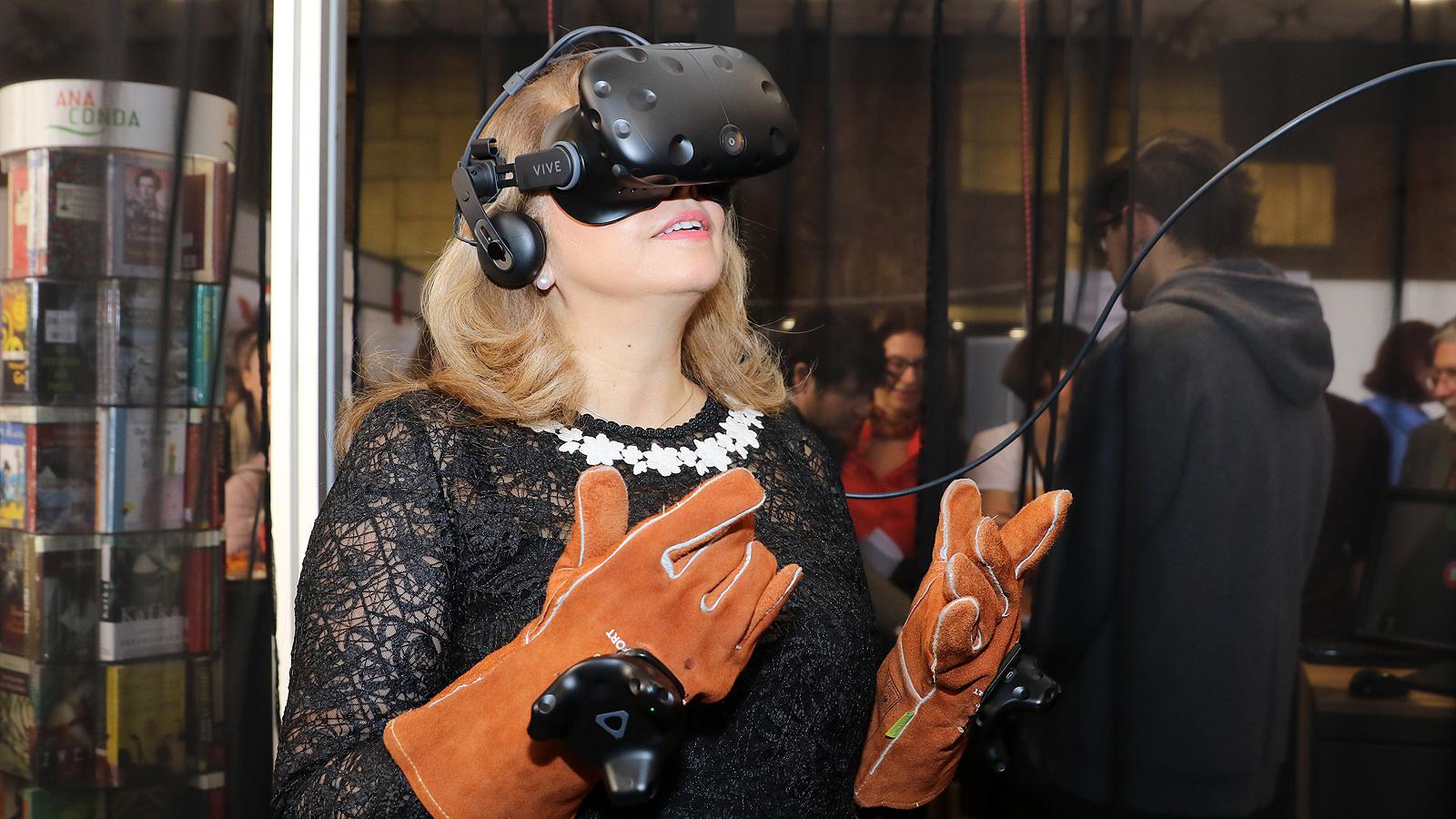 """Илияна Йотова - вицепрезидент на Република България се потопи във виртуалната реалност чрез проектът VRwandlung, базиран на новелата """"Метаморфозата"""" от Франц Кафка."""