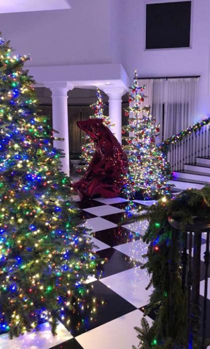 """Коледна украса в дома на майката на Ким Кардашиян - Крис Дженър като всяка година се изявява и като """"майката на Коледа""""(2017)"""