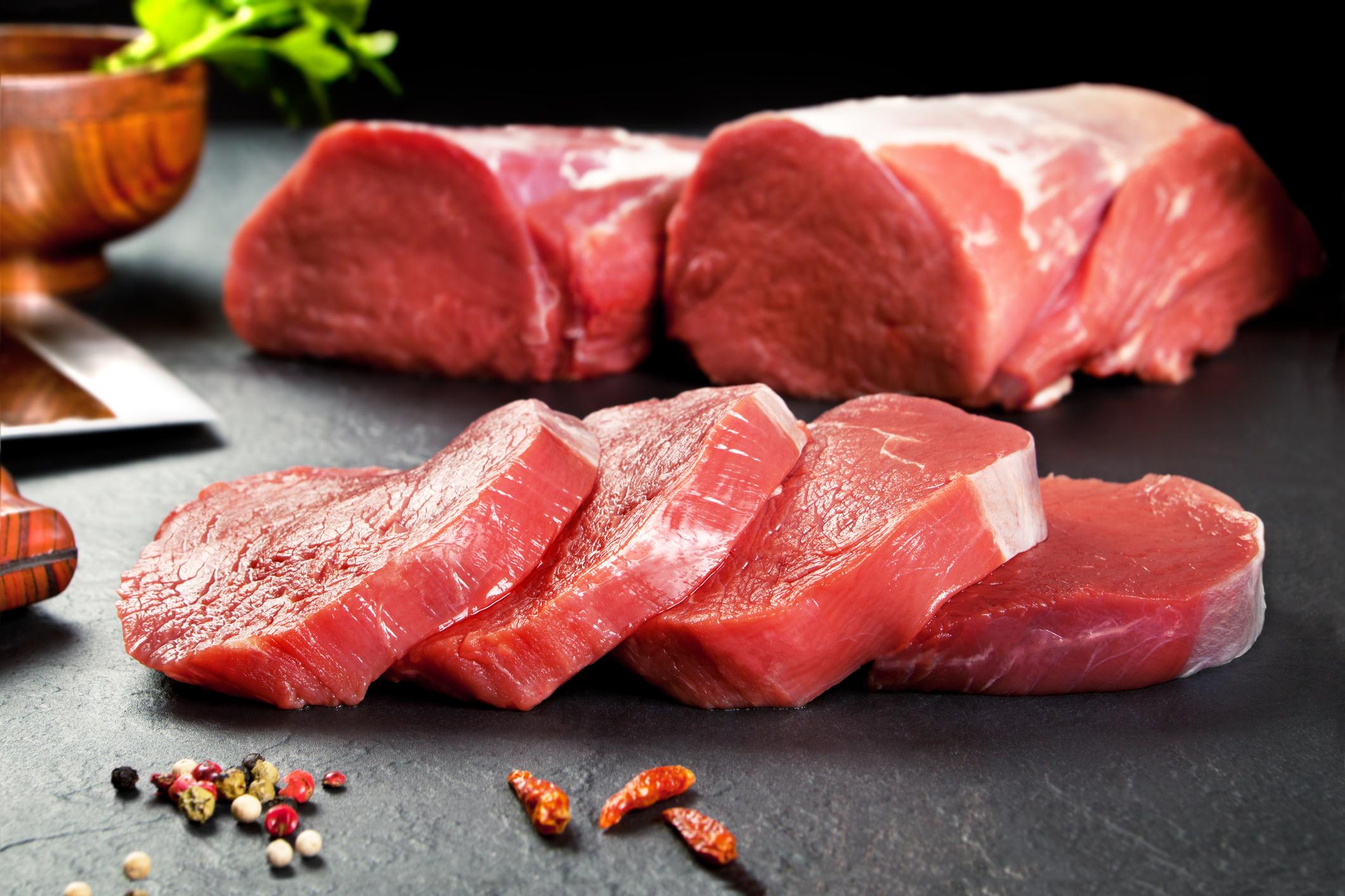 Телешкото месо, замразено на цели парчета, има срок на съхранение от 6 до 8 месеца. Телешките пържоли пък се замразяват, нарязани с дебелина около 2 см и опаковани отделно във фолио. Когато решите да размразявате телешките продукти, знайте, че само целите парчета се нуждаят от пълно размразяване.