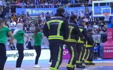 Пожарникари и мажоретки танцуваха заедно в Испания