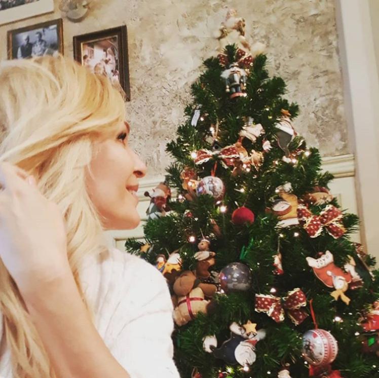 """Водещата на """"На кафе"""" разкри как изглежда елхата в дома ѝ. Гала сподели, че дължи красивата коледна украса на усилията на дъщеря ѝ Мари Константин и дъщерята на половинката ѝ Стефан."""