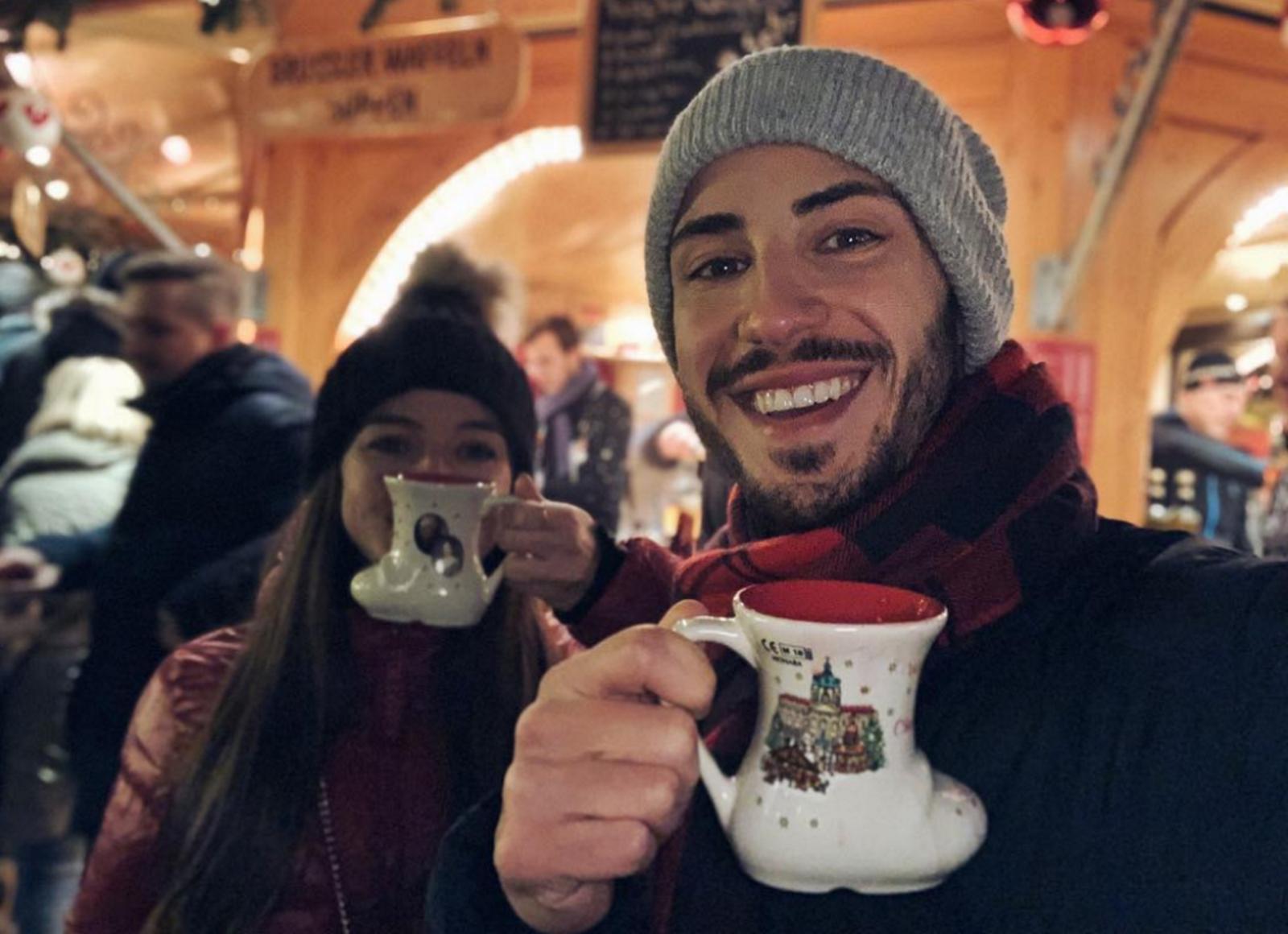 Лекарят актьор Наум Шопов и годеницата му Теа Минкова посетиха коледния базар в Берлин, за да се заредят с празнично настроение и може би и с подаръци за под елхата.