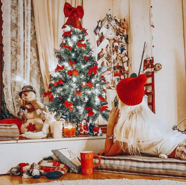 Половинката на Бебо Халваджиян - Александра Енева, също е готова с коледната украса. Танцьорката сподели в Инстаграм, че няма търпение за празниците.
