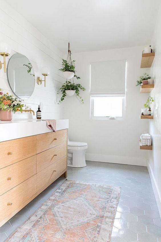 5. Белият цвят е много подходящ за бани с естествена светлина. Отражението в стените във всяка част на деня е различно, което прави банята ви наистина уникална.