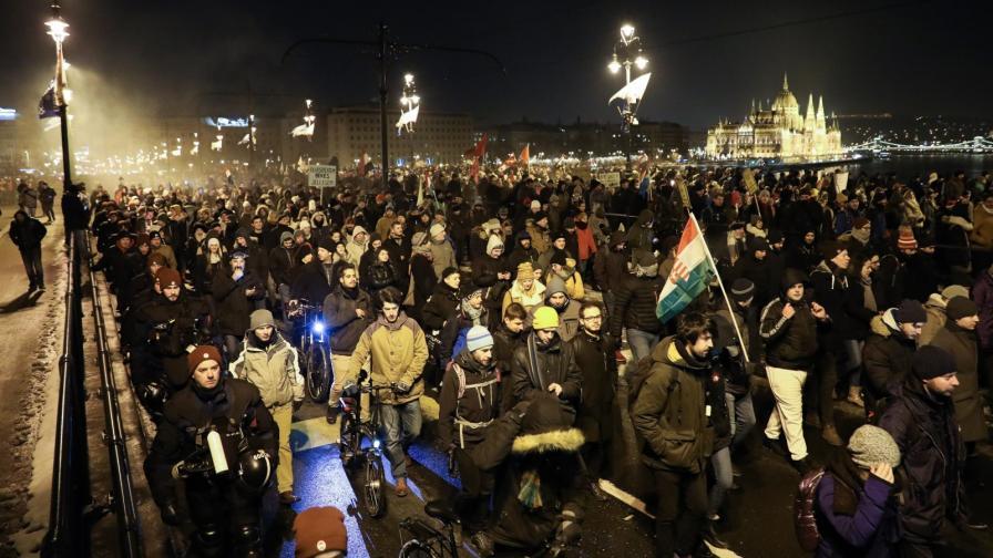 В Унгария двама депутати бяха изхвърлени от телевизия