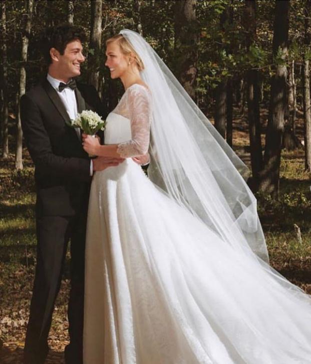 5. През октомври сексапилният модел Карли Клос се омъжи забизнесмена Джошуа Къшнър. Любопитното е, че тойбрат на зетя на президента на САЩ Доналд Тръмп, Джаред Къшнър. Двамата се венчаха на скромна церемония в Ню Йорк, като по-голямо тържество двойката предвижда през пролетта.