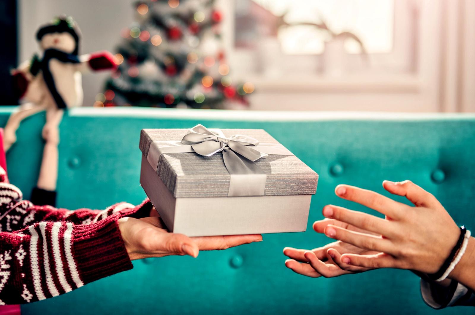"""Подарявайте и дарявайте<br /> Редица проучвания подкрепят твърдението, че да подаряваме подаръци ни прави по щастливи, намалява нивата на стреса и подобрява здравето ни като цяло. Ето <a href=""""https://www.vesti.bg/galerii/foto/5-idei-za-evtini-no-znachimi-koledni-podaryci-7151"""">няколко идеи за евтини, но значими подаръци,</a> които може да направите. Отделно може да дарите стари дрехи или топъл обяд на човек на улицата. Може да нахраните някое бездомно животинче или да дарите символична сума на благотворителна организация (която първо да проверите!). Включете и децата, това би им дало добър пример и би им помогнало да се изградят като по-отговорни и добри хора в бъдеще."""