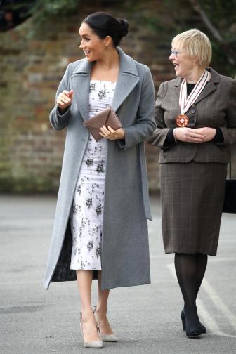 Тридесет и седем годишната съпруга на принц Хари очаква първата си рожба през пролетта. Меган Маркъл беше на коледно посещение в дом за социални грижи за хора, работили в шоубизнеса.