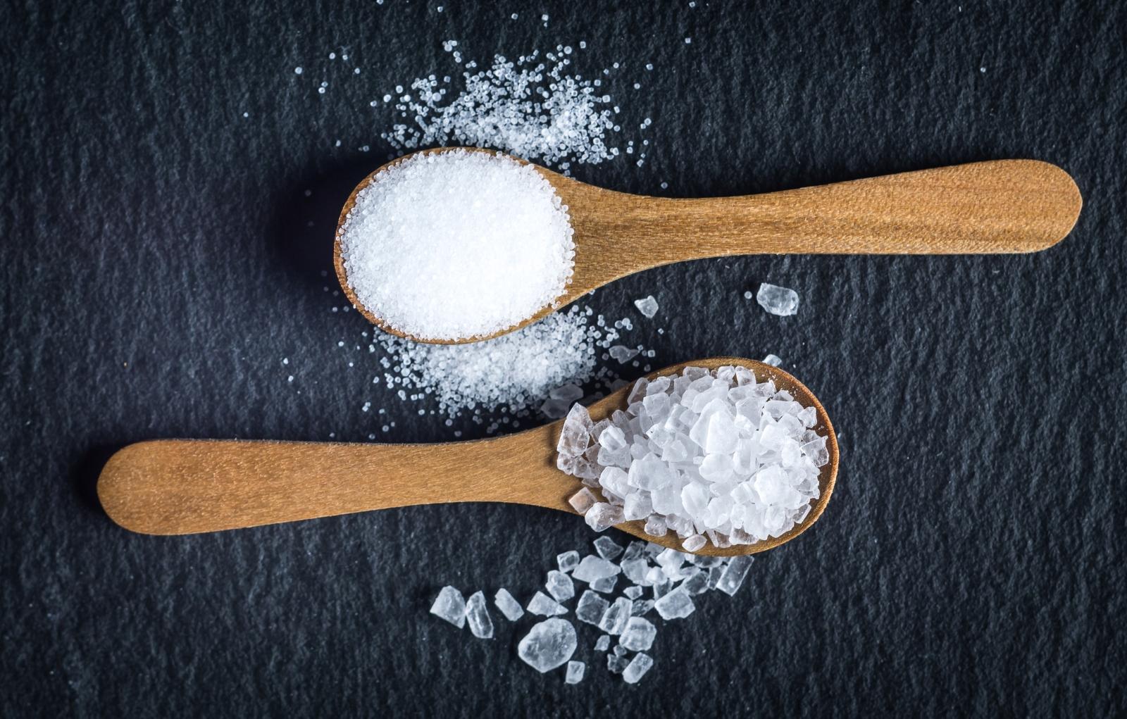 """Сол.Прекомерната консумация на сол води до подуване, пърхот и дехидратация. Тя тялото да произвежда повече """"мазнини"""" за борба с липсата на вода. Отново всичко това завършва, причинявайки мазна коса, особено ако сте предразположени. Ето защо е важно да ограничите консумацията на солени бисквити, чипс, пържени картофи и солени ядки, защото те съдържат твърде много сол."""
