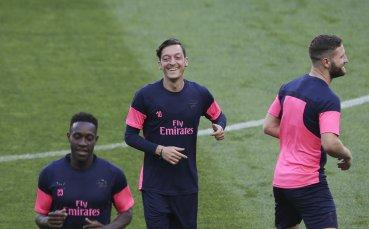 Месут Йозил не иска да си тръгва от Арсенал