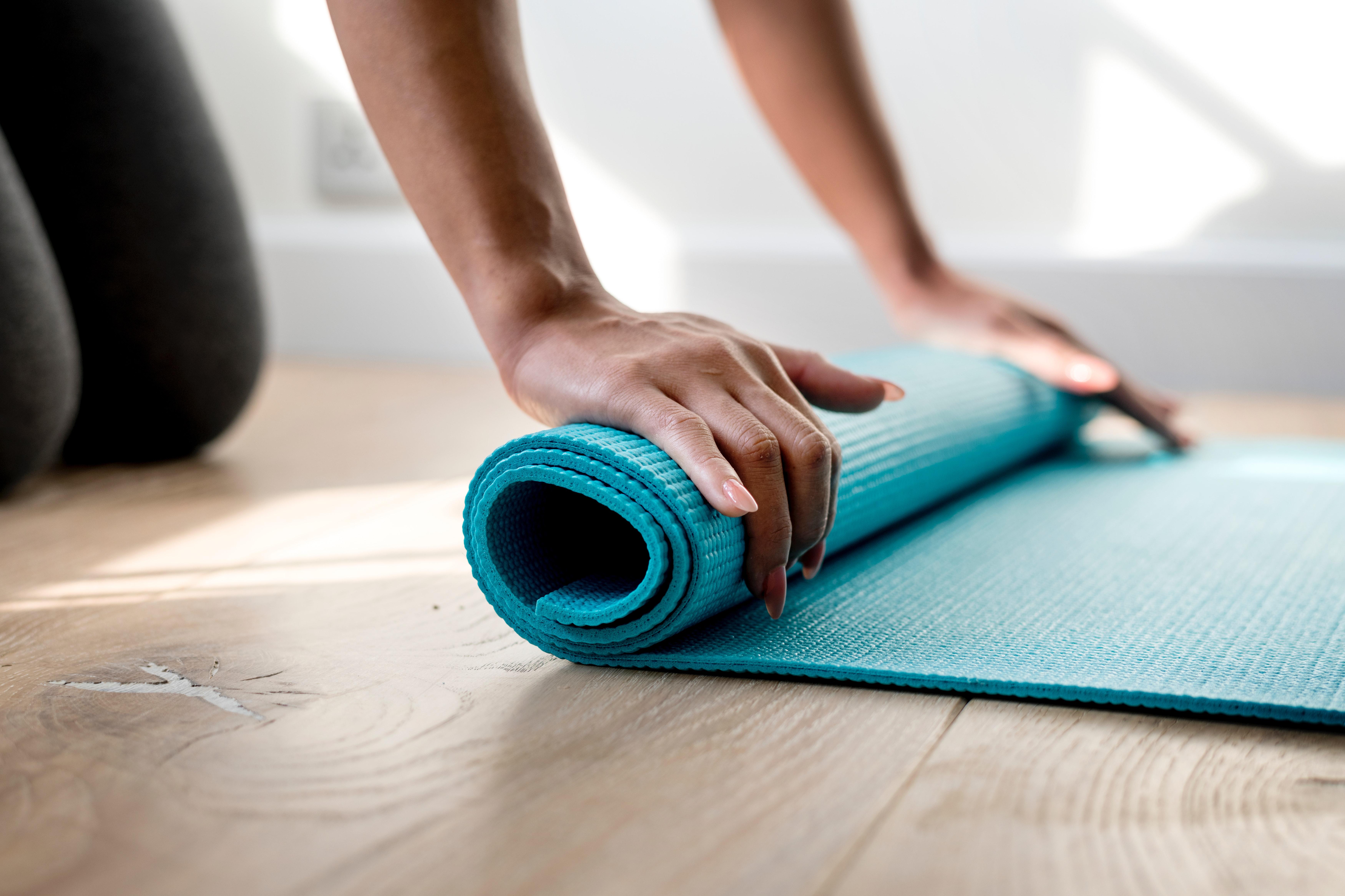 6.Празниците може да бъдат време за почивка, но не пропускайте физическите упражнения. Те са не само средство срещу многото висококалорични храни на трапезата – движението освобождава хормона на щастието ендорфин, който помага да отблъснем негативните емоции.
