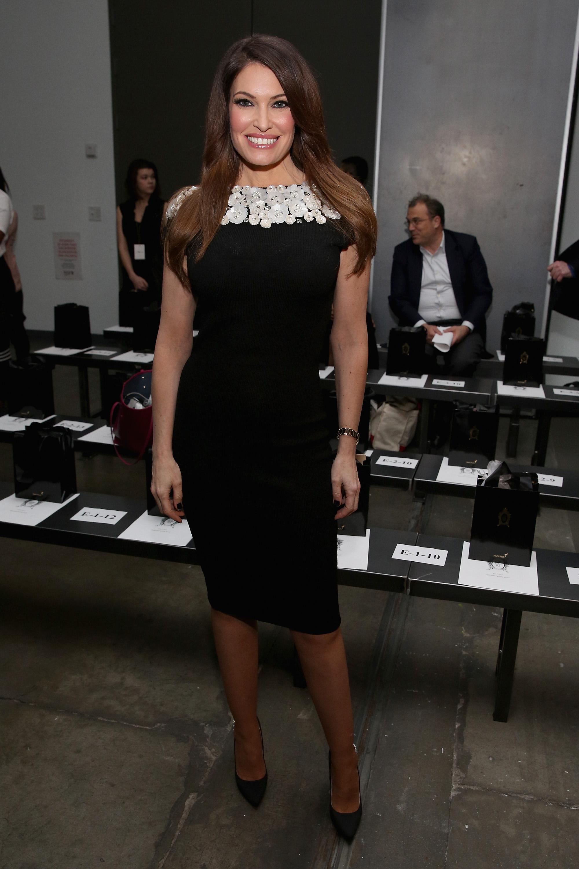 """Тази година Тръмп отпразнува Коледа с най-новия член в семейството - настоящата приятелка на най-големия му син - Кимбърли Гилфойл. Тя е бивш модел на Victoria's Secret и телевизионна водеща в телевизия """"Фокс нюз"""". Гилфойл е с 8 години по-голяма от Доналд Тръмп-младши. Новината за връзката им се появи през май тази година, два месеца, след като стана ясно, че първородният син на американския президент се развежда със съпругата си."""
