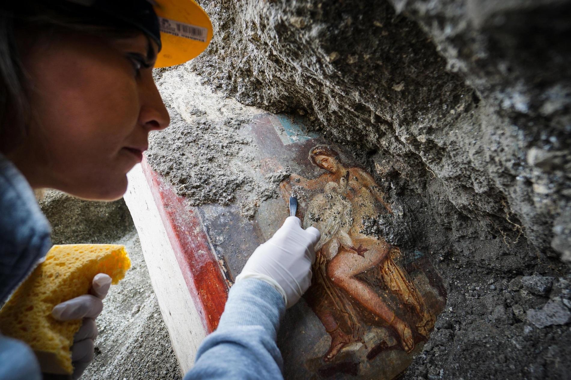 """Археолог работи върху откритата наскоро фреска """"Леда и лебедът"""" в археологическата зона в Помпей, Италия, 19 ноември 2018 г. Еротичната фреска от гръцката митология бе открита в спалнята на богат дом. Унищоженият от вулкана Везувий Помпей днес е една от най-посещаваните аткракции в Италия."""