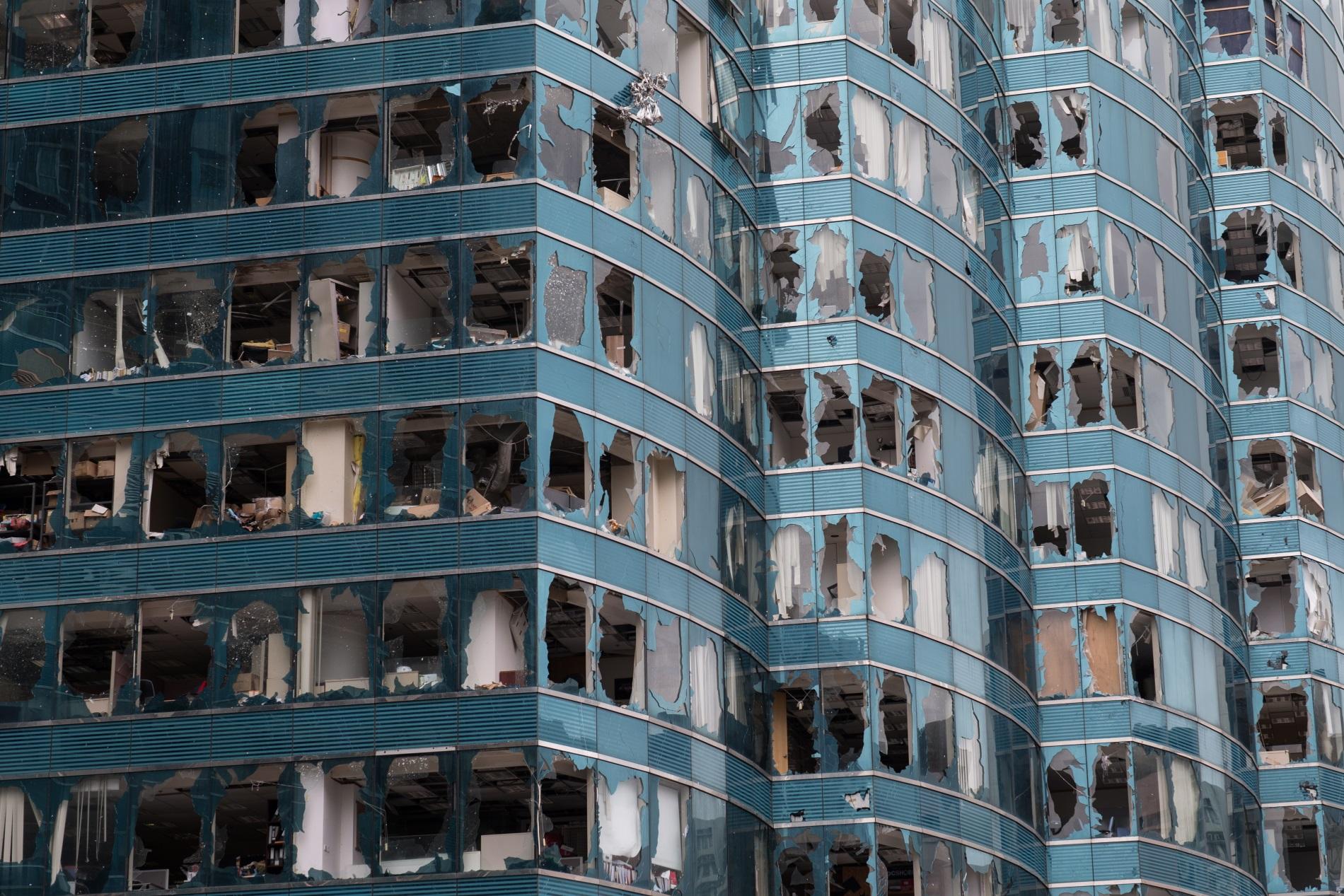 Повредената от тайфуна Мангхут фасада на небостъргач в Хонгконг, 17 септември 2018 г. Поивите на вятъра достигаха 250 км/ч