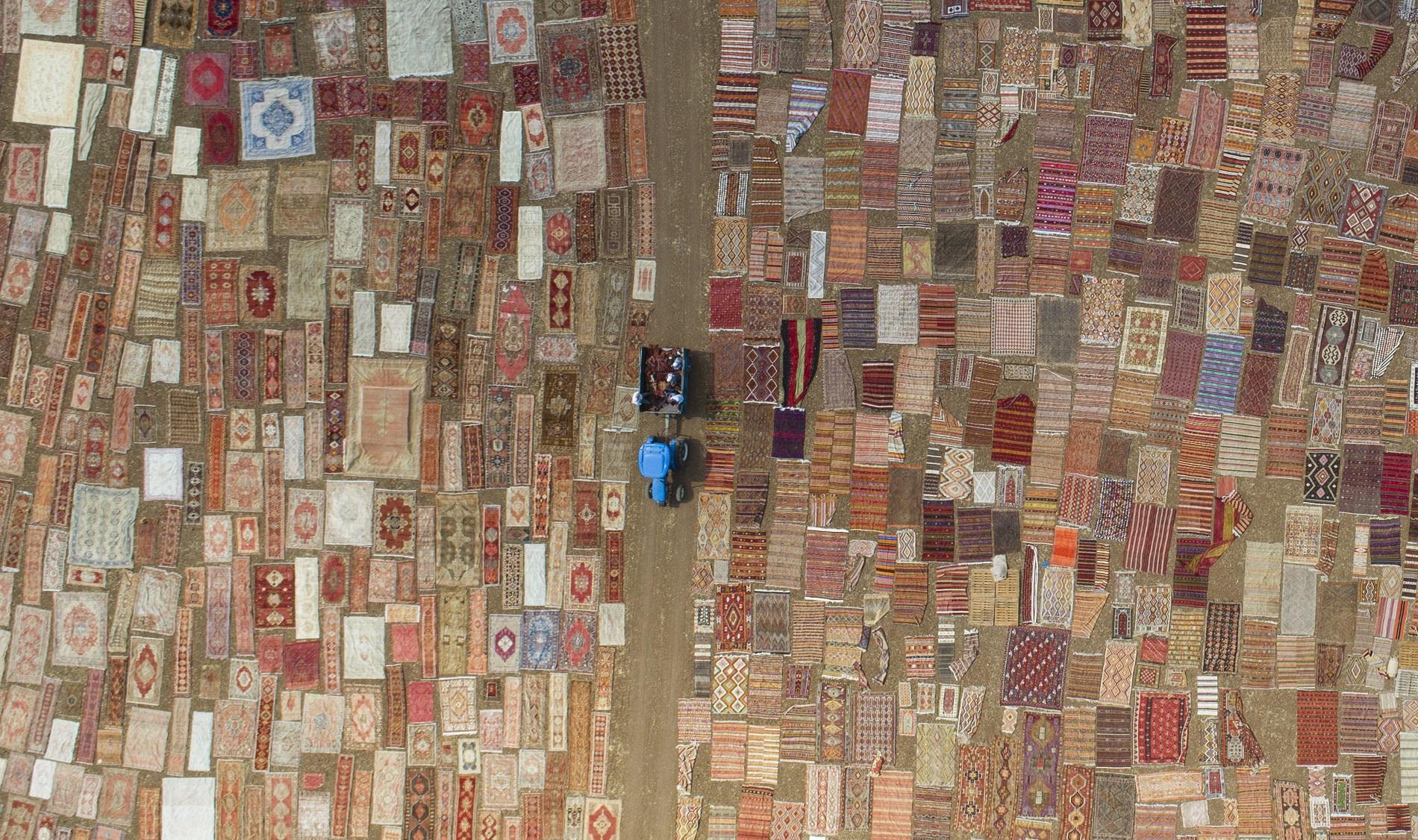 Снимката,направена с дрон, показва хиляди ръчно изработени килими в окръг Досемеалти, в района на Анталия, Турция, 10 август 2018 г. Работниците оставят близо 30 000 килима на слънце, за да смекчат цветовете си и да станат по-пастелни. Традицията на тъкане на килими има дълга история в Турция