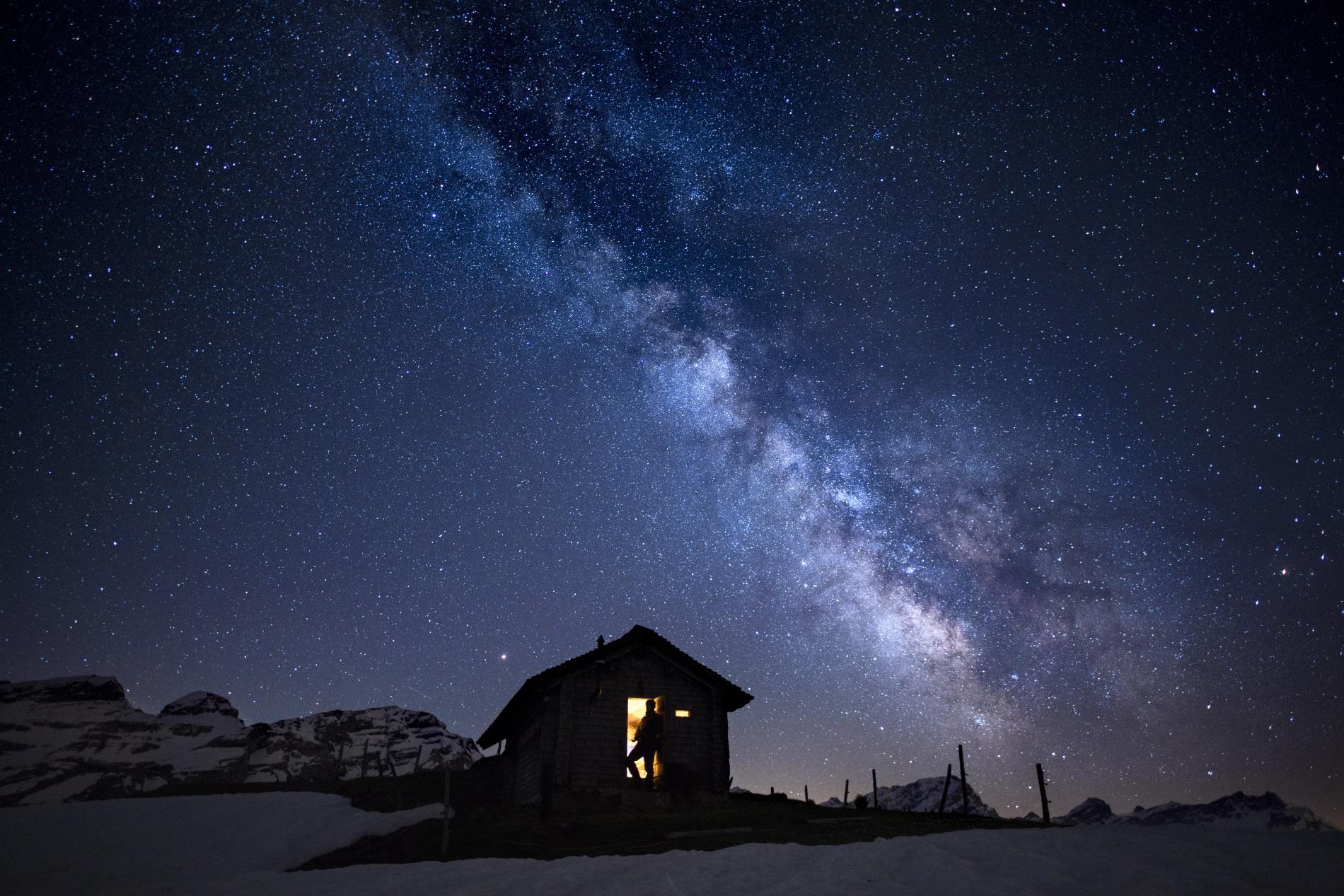 Красива гледка към Млечния път - галактиката, в която се намира нашата Слънчева система, от долината Ормонт, Швейцария, рано сутрин 18 май 2018