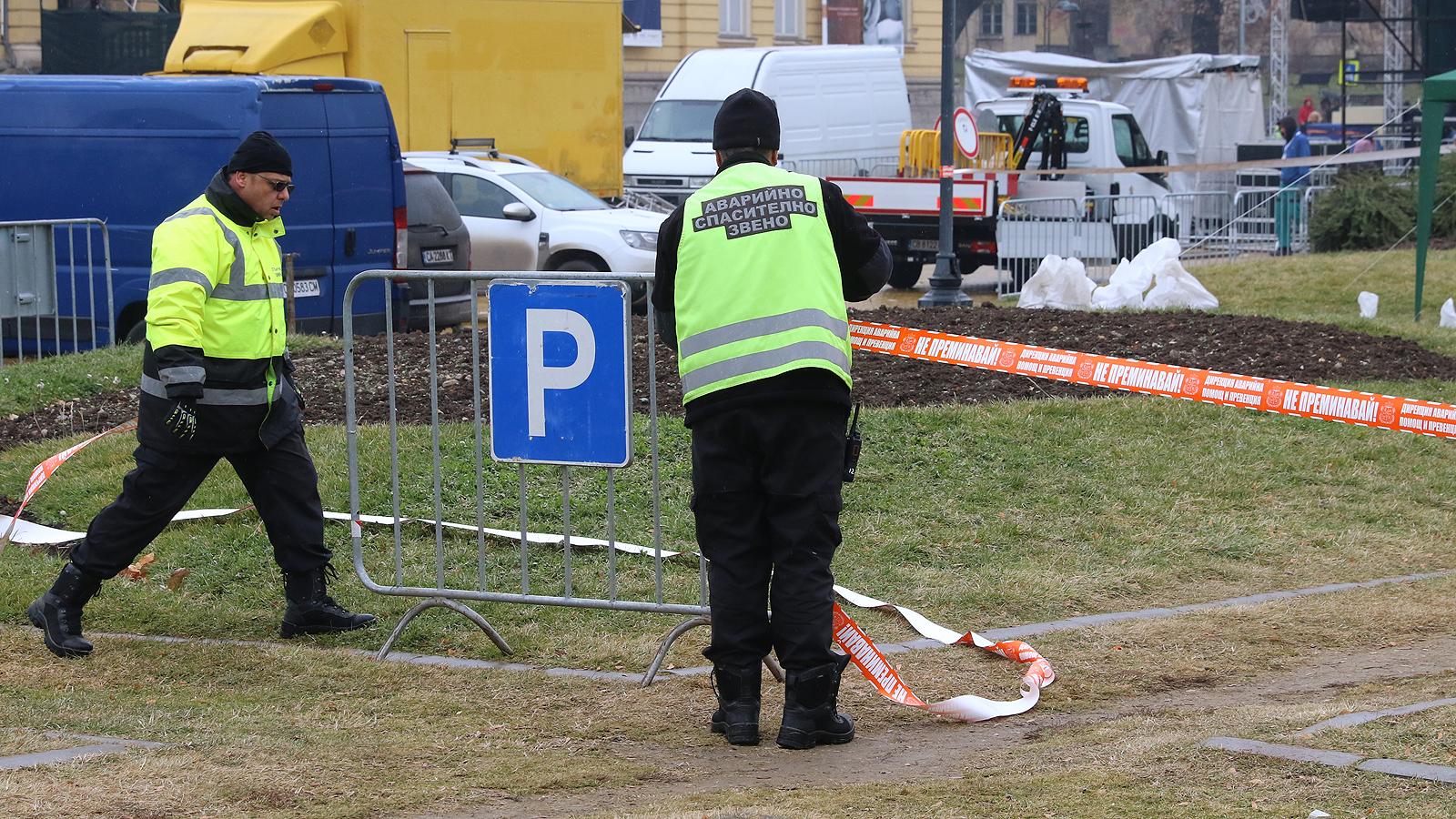 На площада ще бъде изкаран целият наличен състав на полицията. Препоръката е гражданите да не носят стъклени бутилки и огнестрелно оръжие, както и да не отиват на площада в нетрезво състояние. Глобата за нарушителите от 500 до 2500 лева.