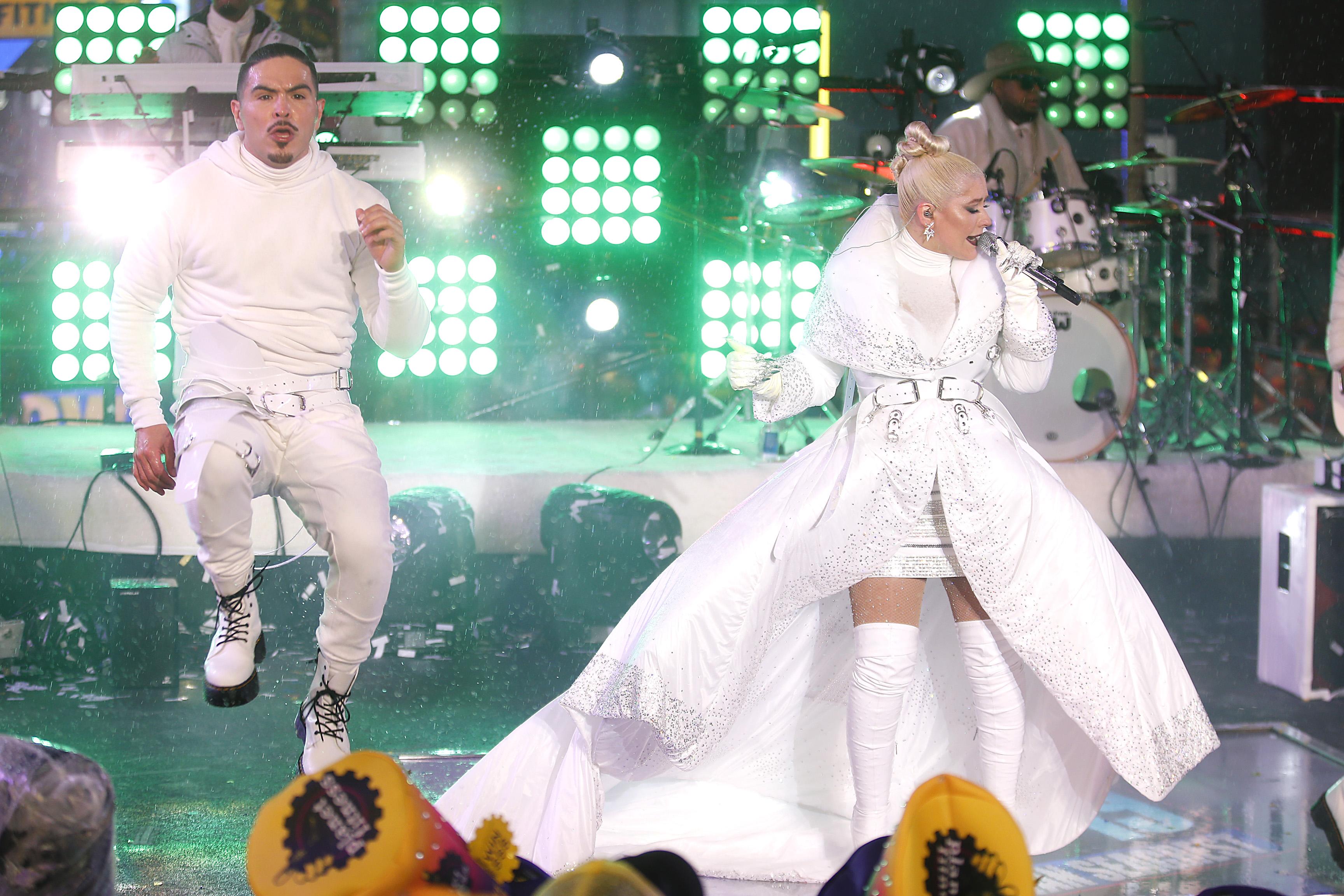 """Американската поп певица Кристина Агилера бе една от специалните изненади на новогодишното парти на """"Таймс скуеър"""" в Ню Йорк. Множеството, събрало се на площада, изригна в радостни възгласи при настъпването на 2019 г., а небето беше озарено от фойерверки."""