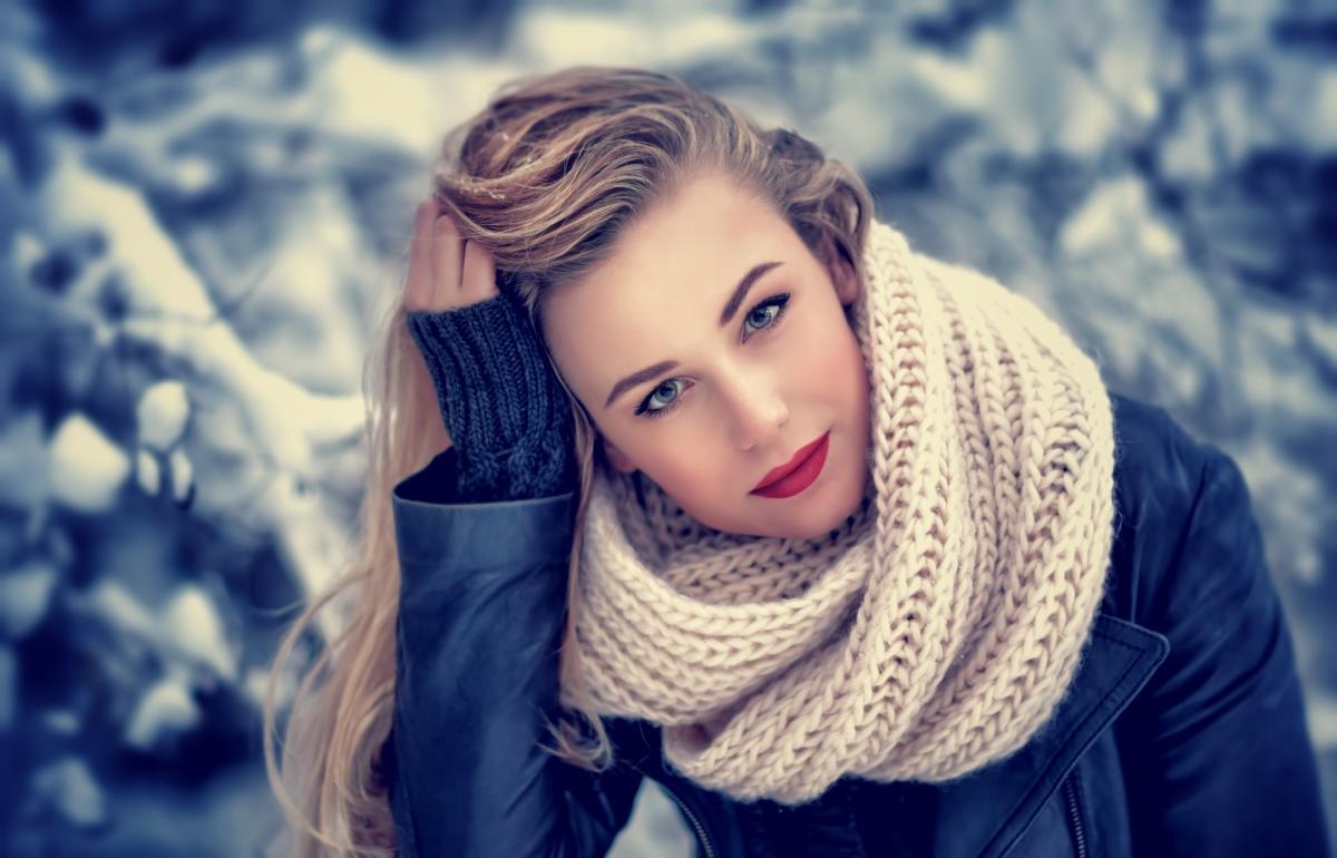 Триенето, което предизвикват пластовете от дрехи и аксесоари през зимата, води до наелектризиране и късане на косъма, ако търкането е в повече. Затова специалистите препоръчват да овлажнявате косата с подхранващи терапии и да използването на спрей срещу влажност за предотвратяване на статично електричество.