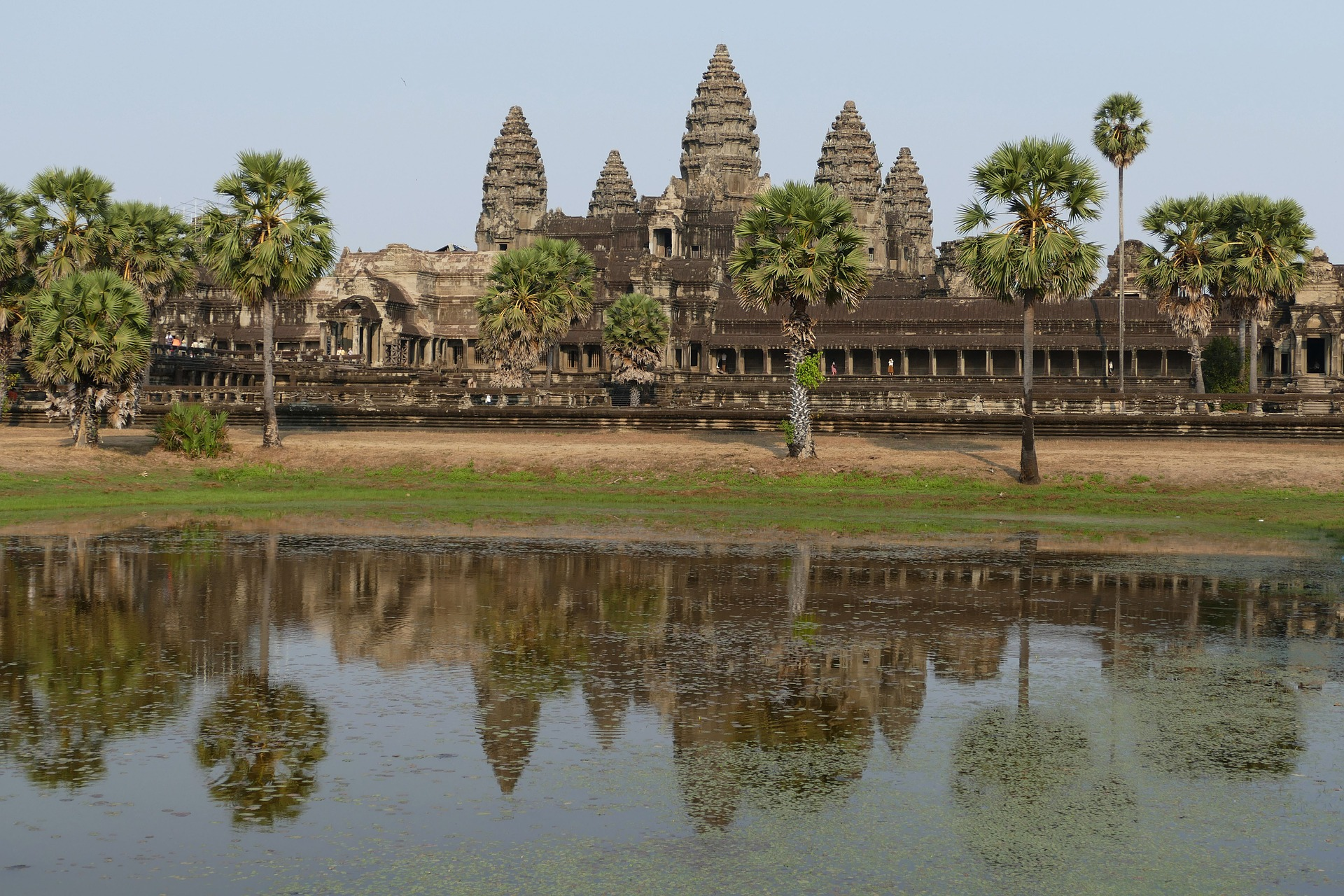 СТРЕЛЕЦ<br /> <br /> Пълни с ненаситна страст, Стрелците са винаги готови за откриване на нови светове и познания. Астролозите твърдят, че хората от този зодиакален знак са любители на философията, мистиката и изучаването на древните култури, което означава, че те ще могат да утолят жаждата си в Ангкор Ват, Камбоджа -един от най-големите религиозни паметници в света. Първоначално построен като хиндуистки храм, посветен на бог Вишну от Кхмерската империя, градът постепенно се превръща в будистки храм в края на 12 век. С толкова много разпръснати храмови комплекси, Ангкор предлага достатъчно пространство, в което Стрелецът да се скита, да изследва и да прави това, което може най-добре – да бъде свободен!