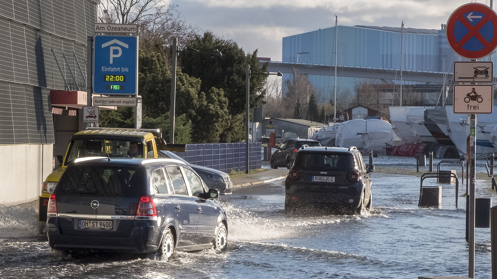 """Наводнения след бурята """"Zeetje"""" в зоната на пристанището в Щралзунд, Северна Германия."""