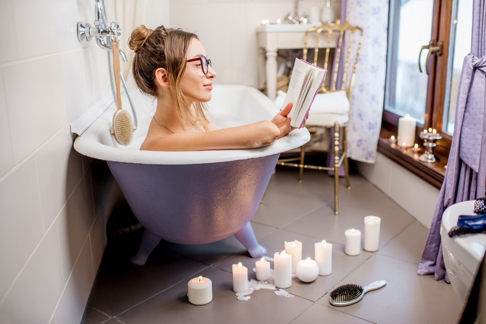 3. Студът навън предразполага за релаксация у дома. Гореща, отпускаща вана с книга в ръка и ароматни свещи.