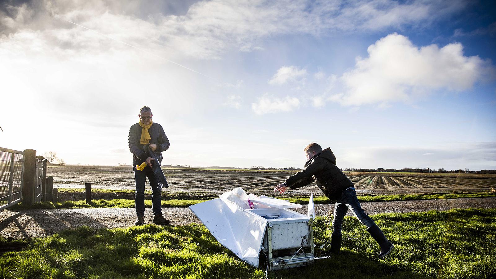 От бреговата охрана, обаче, предупредиха, че издирват три контейнера с токсични материали.