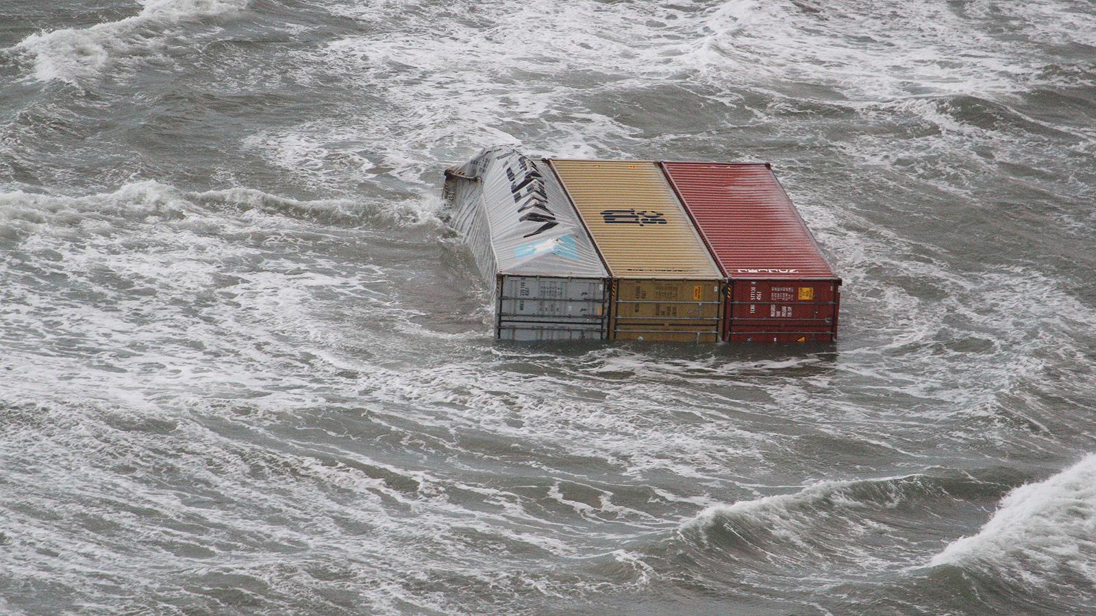 Дар от морето за жителите на Амеланд и Флиланд, след като водите изхвърлиха хиляди ценни предмети.