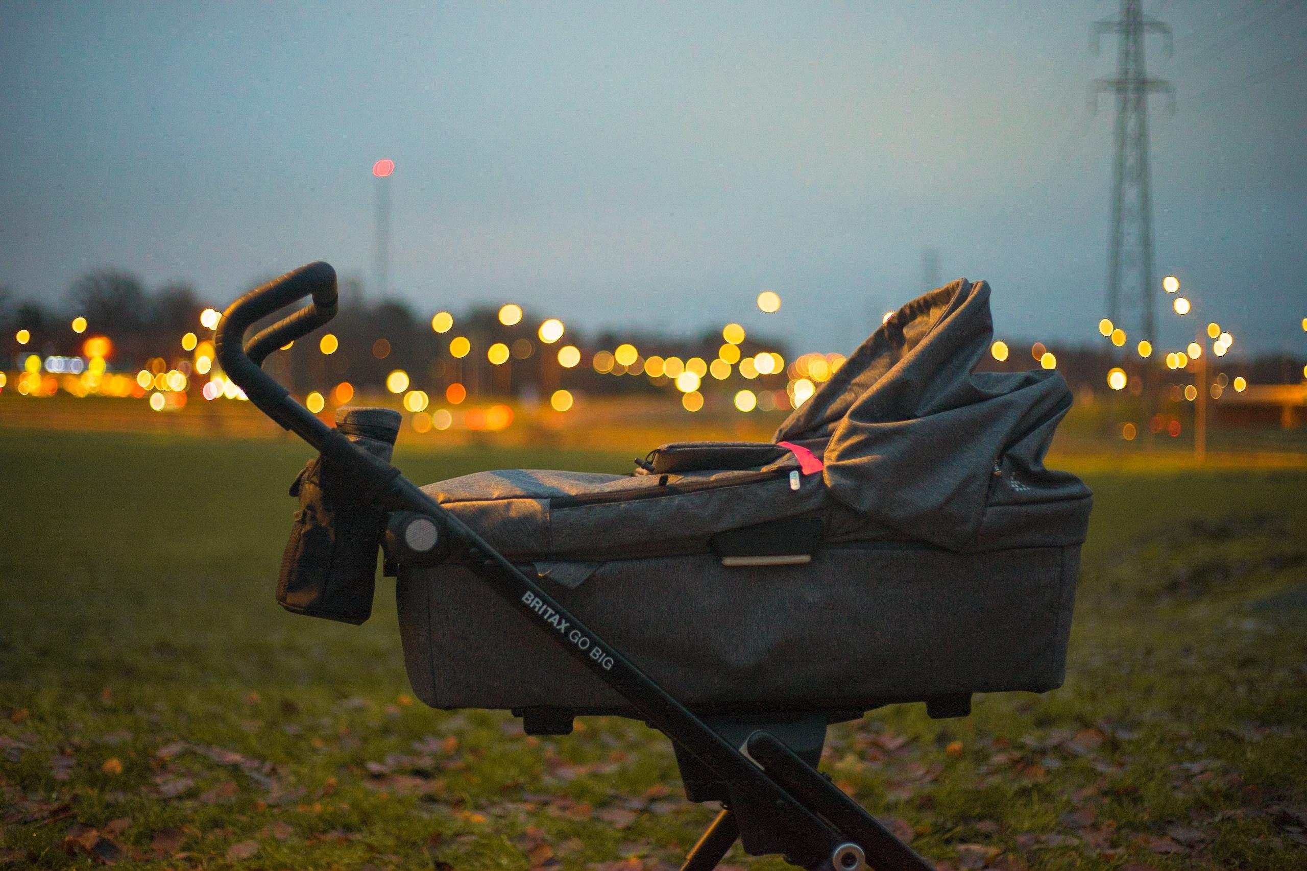 """Детски колички<br /> Детска количка можете да оставяте във входа или по коридорите, стига това да не създава сериозни затруднения на съседите. Дори наемодателят изрично да го забрани, съдът ще отмени забраната. Разбира се, за това са необходими следните условия: Първо, съседите спокойно да могат да се движат във входа и по коридора; и второ - родителите да живеят на висок етаж и без асансьор. Забрана за детски колички е допустима единствено, ако коридорите са прекалено тесни, ако съществува друга обща част, предназначена за """"паркиране"""" на детски колички или ако има асансьор."""