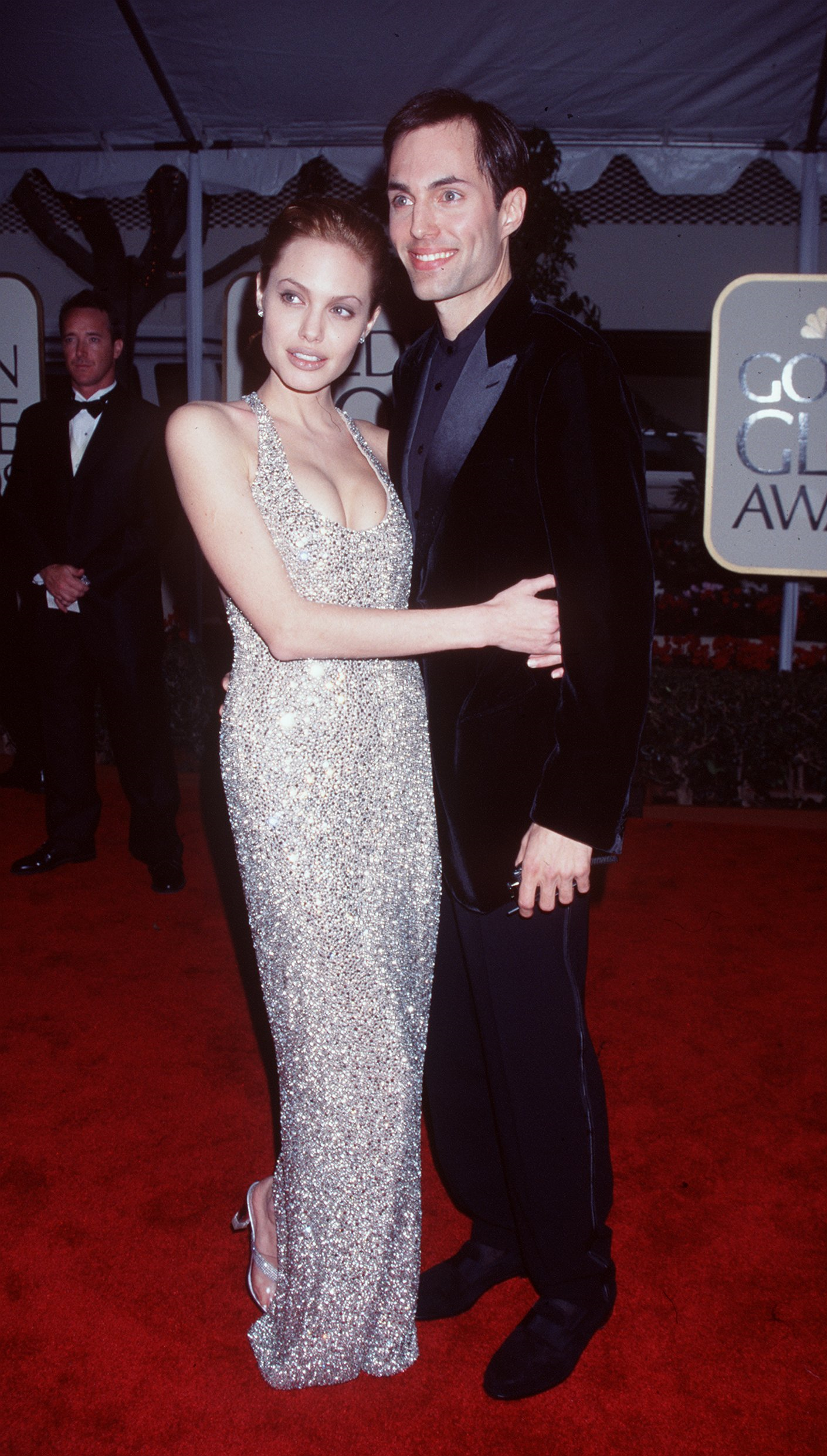 """Анджелина Джоли печели награда """"Златен глобус"""" за ролята си в сериала на HBO Gia. На церемонията тя се появява със своя брат Джеймс Хейвън."""