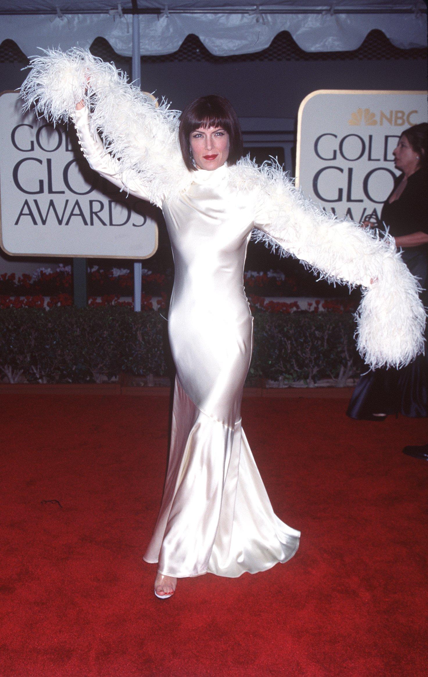АктрисатаЛара Флин Бойл с шармантна рокля в бяло и шал от пера.