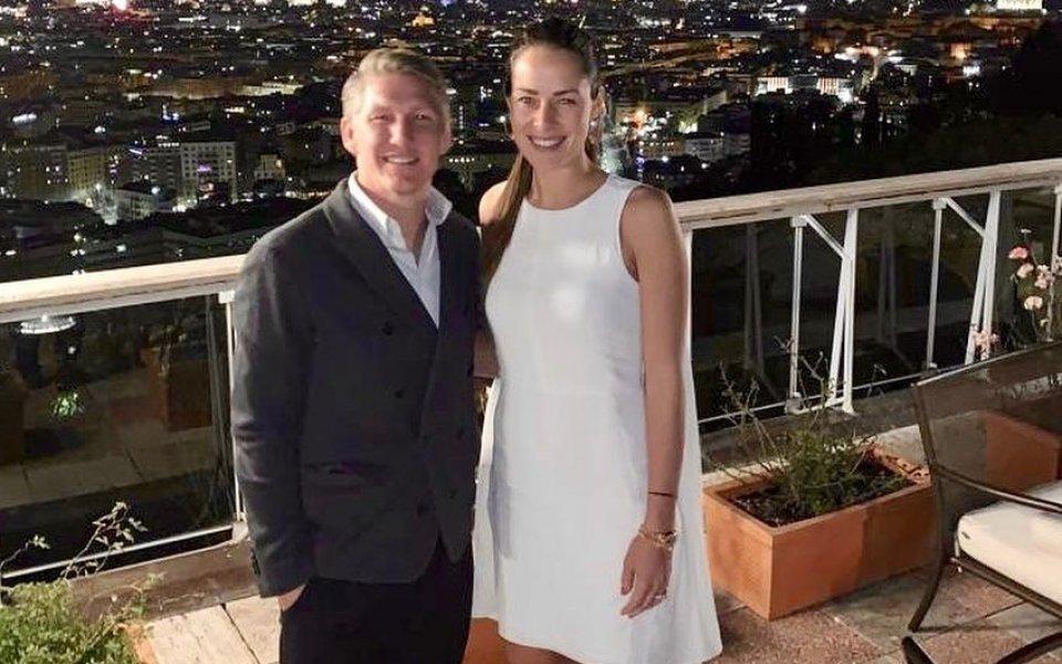 Ана Иванович и Бастиан Швайнщайгер на корицата на