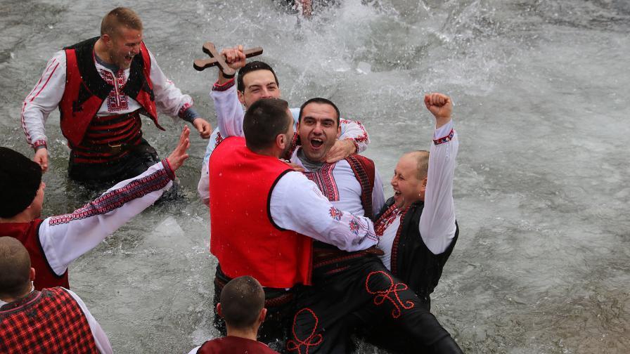 Богоявление и мъжко хоро в ледените води в село Зверино