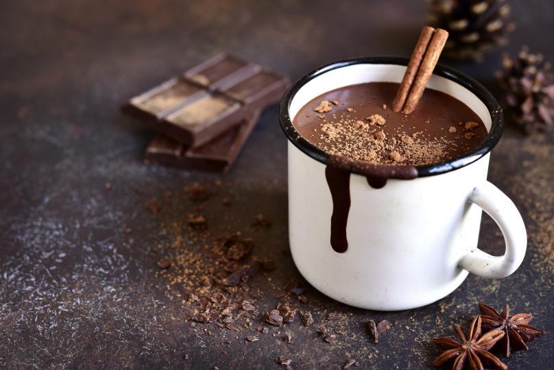 <p><u><strong>Перфектният горещ шоколад</strong></u></p>  <p>Много хора използват какао на прах, за да си направят горещ шоколад, но някак с какао на прах не става толкова кремава напитката. Ето защо перфектния горещ шоколад можете да си приготвите така:</p>  <p>Загряваме 150 мл мляко с 1 с л захар на котлона, но не го кипваме, а оставяме да се нагорещи до там, че да излязат малки балончета отстрани на касеролата.&nbsp;През това време нарязваме на ситно ред черен шоколад и го разтапяме на водна баня. Разтопения шоколад слагаме в сгорещеното мляко.&nbsp;Резултатът - невероятно кремообразно, изтънчено мляко с шоколад, от което ще изпитате ударна доза ендорфин.</p>  <p>А какво му липсва? 1 с.л. бита сметана и маршмелоус разбира се!&nbsp;</p>  <p><strong>Рецепта:</strong></p>  <p>- 150 мл прясно мляко<br /> -&nbsp;1 с.л. захар<br /> -&nbsp;50 г черен шоколад<br /> -&nbsp;бита сметана и маршмелоус за украса</p>